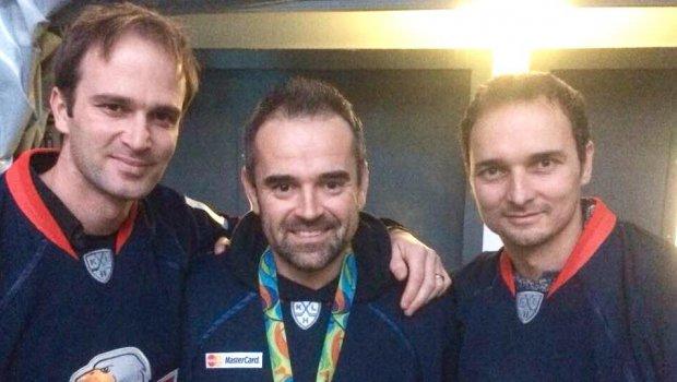 Niekedy urobíš všetko a predsa nevyhráš...Ladislav a Peter ŠKANTÁR vedia,že hoci sú zlatí z 2016 Rio Summer Olympic Games, športovcami roka sa nestanú...ale žiadne ankety sa tej placke na krku nikdy nevyrovnajú a chalani si dnes užili aspoň uznanie od fans HC Slovan Bratislava...