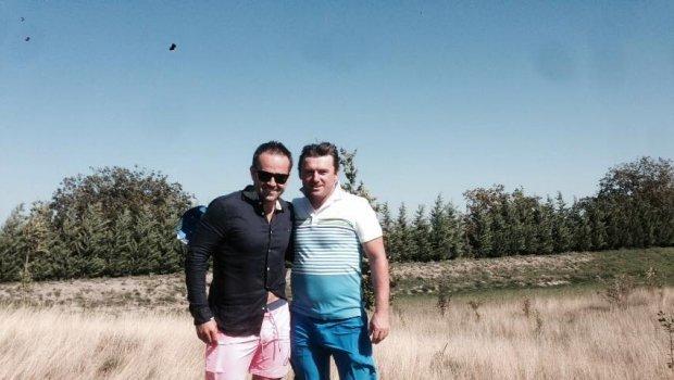 V Báči dnes na golfe trošku fúka,ale Lubo Moravčík to zvláda dobre...lepšie ako moja košeľa ;)))